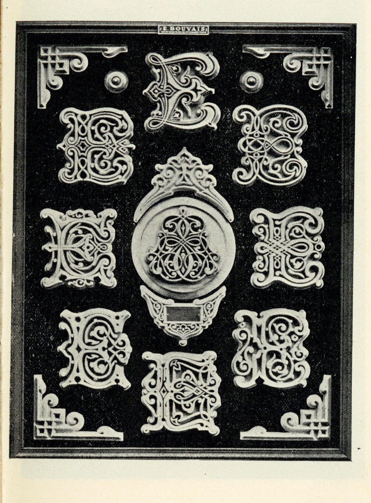 Emile-Bouvais-Lettres-Sculptees